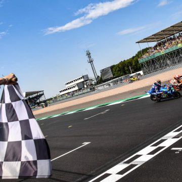 Álex Rins supera Márquez e vence em Silverstone