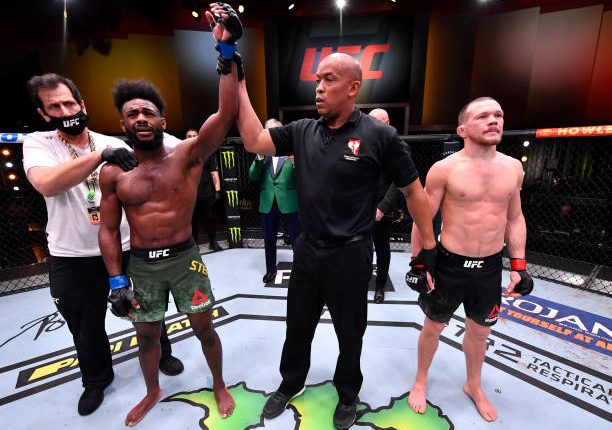 Petr Yan é desclassificado e Aljamain Sterling conquista o cinturão dos galos no UFC 259
