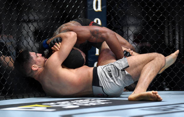 Vicente Luque finaliza Tyron Woodley no co-evento principal do UFC 260