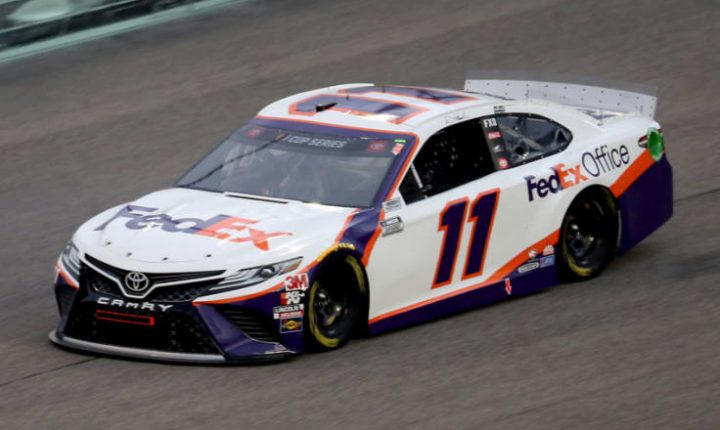 Denny Hamlin larga na pole no Atlanta Motor Speedway